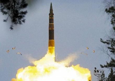 Tên lửa xuyên lục địa RS-12M Topol khai hỏa. Ảnh: LĐ