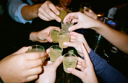 Uống phải rượu giả cực kỳ nguy hại tới sức khỏe. Ảnh minh họa