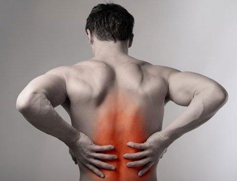 Đau lưng ở nam giới rất có thể là đang mắc nhiều bệnh nguy hiểm. Ảnh minh họa
