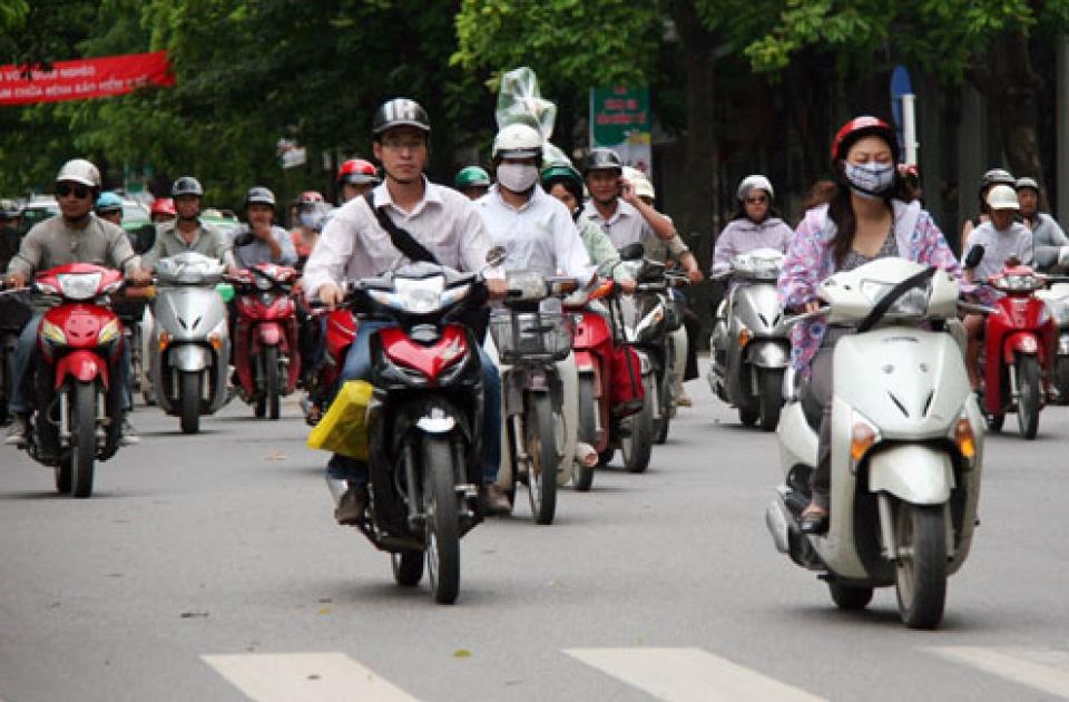 Nhiều chị em đi xe máy tay ga nhưng vận hành không đúng cách rất nguy hiểm. Ảnh minh họa