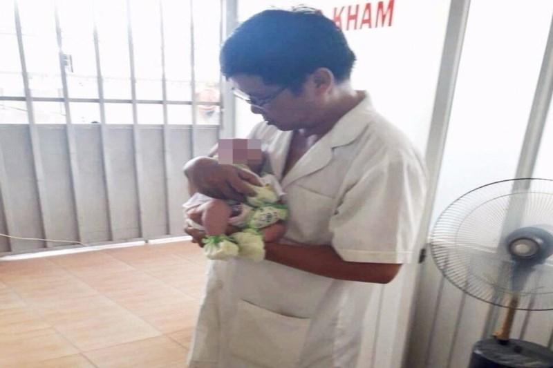 Bé gái đã được cứu sống sau khi bị ngưng thở do sặc sữa. Ảnh: Pháp luật TPHCM