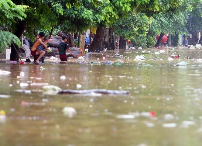 Lũ lụt đang hoành hành khắp miền Bắc người dân nên cẩn thận kẻo dễ mắc nhiều bệnh nguy hiểm. Ảnh: Tuổi Trẻ