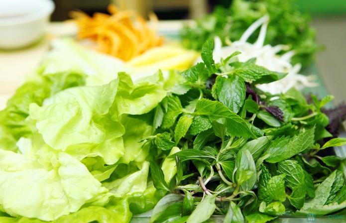 Rau sống cũng là một trong những thực phẩm không nên ăn ngày lạnh. Ảnh minh họa