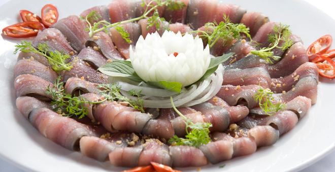 Theo các chuyên gia dinh dưỡng việc ăn cá tươi sống cũng không phải an toàn nếu đánh bắt ở môi trường ô nhiễm. Ảnh minh họa