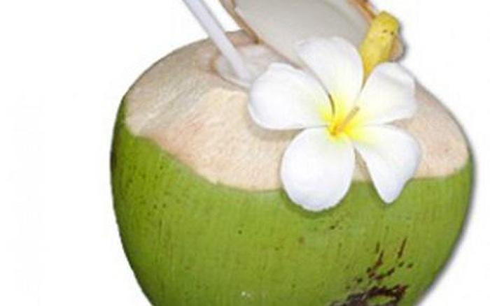 Dừa, các sản phẩm từ dừa và nước dừa rất mát cho cơ thể nhưng nếu bạn bị ho, suyễn thì không nên ăn tất cả những gì liên quan đến dừa. Bởi dừa có tính lạnh, ăn nhiều sẽ gây trở ngại cho nội tạng. Tương tự như vậy bạn cũng không nên ăn hay uống nước mía khi bị ho.