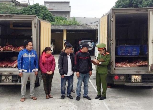 Số thịt bò, xương bò không rõ nguồn gốc đang đưa đi tiêu thụ tại Ninh Bình bị thu giữ. Ảnh: Dân trí