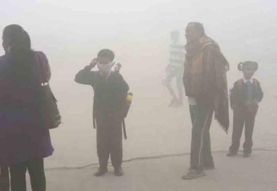 Không khí ô nhiễm báo động toàn cầu ảnh hưởng rất lớn tới trẻ sơ sinh. Ảnh: Người lao động
