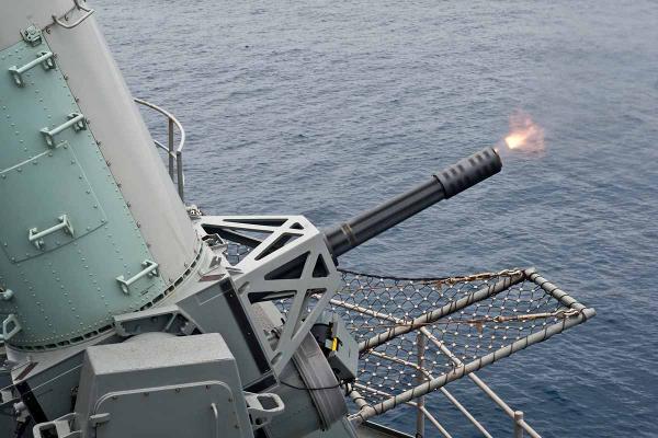 Hệ thống pháo cao tốc Phalanx là vũ khí có thể bắn mưa đạn khiến địch chết khiếp. Ảnh: Kiến thức