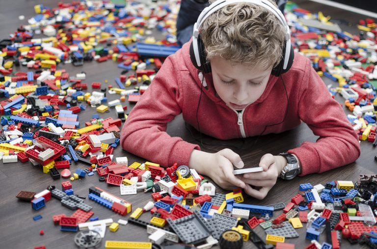 Nhiều đồ chơi trẻ sẽ ích kỷ không muốn chia sẻ với bất cứ ai. Ảnh minh họa