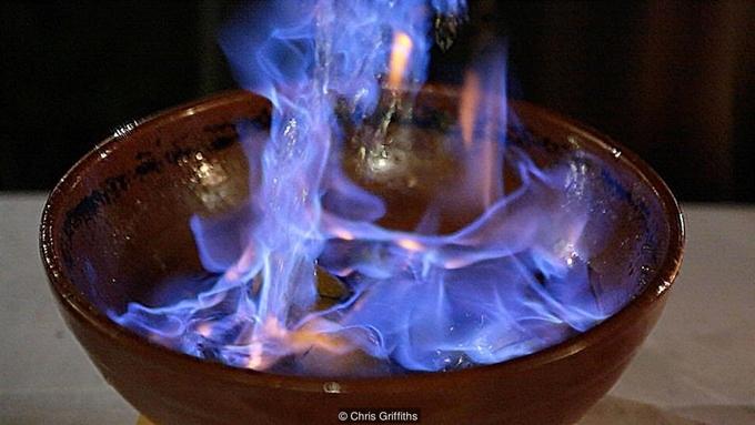 Uống ngọn lửa xanh của người Galicia nhằm xua đuổi quỷ dữ trở thành nghi lễ bí ẩn bao đời nay. Ảnh: VnExpress