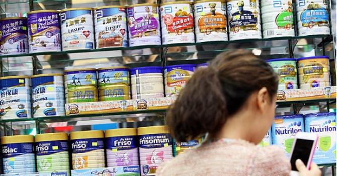 Trung Quốc sợ tình trạng sữa nhiễm khuẩn tái diễn nên ra sức tiến hành kiểm tra. Ảnh: Ảnh: South China Morning Post