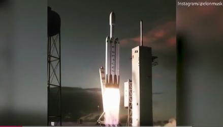 Tên lửa Falcon Heavy rời bệ phóng. Ảnh: VnExpress