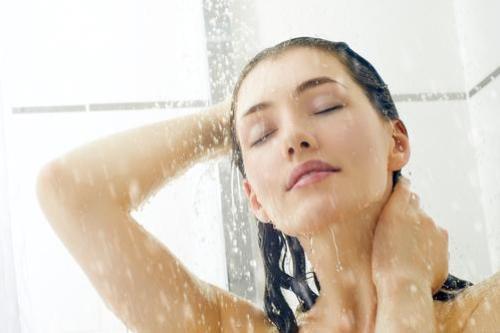Sai lầm khi tắm vào mùa đông sẽ khiến bạn mất mạng. Ảnh minh họa