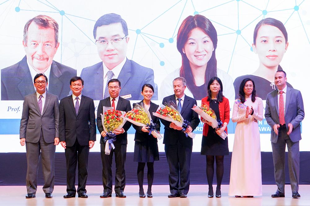 Lễ trao Giải thưởng khoa học Đại học Tôn Đức Thắng cho các nhà khoa học. Ảnh: TDTU