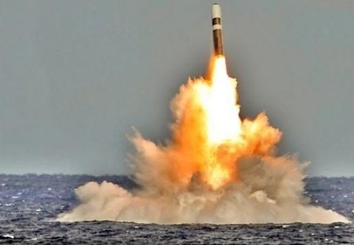 Tên lửa đạn đạo Mỹ khai hỏa trên biển. Ảnh: Đất việt