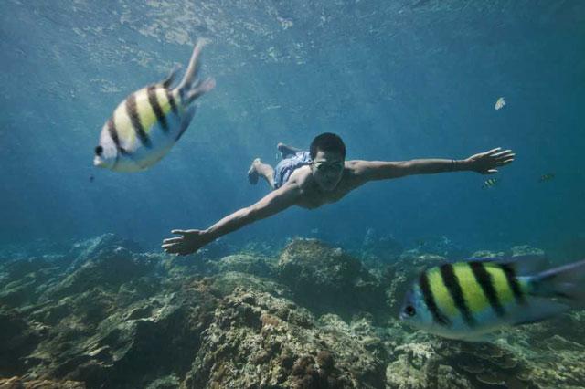 Họ bơi mà không cần hỗ trợ của thiết bị nào. Ảnh: VTC News