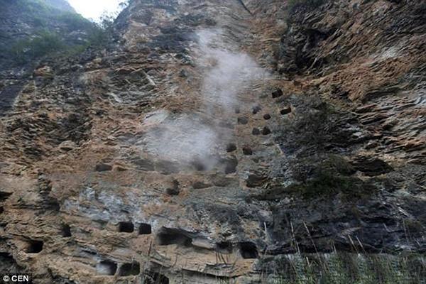 Những chiếc quan tài treo trên vách đá đã 3000 năm khiến nhà khoa học không thể lý giải. Ảnh: Trí thức trẻ