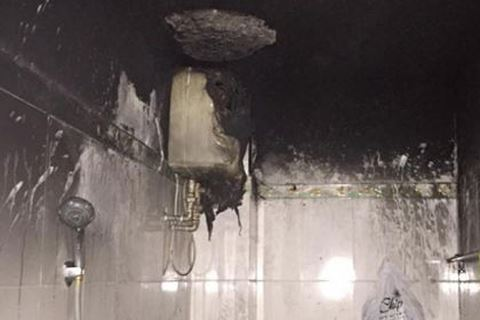 Đèn sưởi nhà tắm bị cháy đen thui. Ảnh: ANTĐ