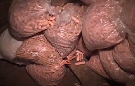 Số lượng xúc xích được chế biến bị thu giữ tại Thái Bình. Ảnh: VTV