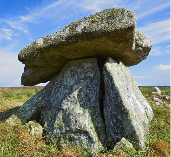 Điều bí ẩn ở phiến đá này đó là những hình chạm khắc của nó chỉ hiện lên dưới ánh trăng. Ảnh: VTC News