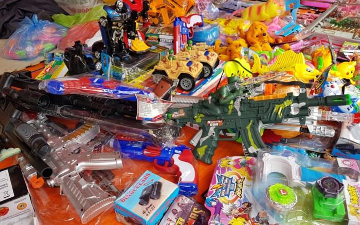 Đồ chơi nhựa bạo lực bán tràn đầy lễ hội làng Đồng Kỵ. Ảnh: Zing News