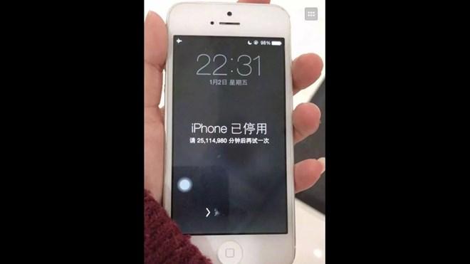 Chiếc điện thoại bị khóa của bà mẹ Trung Quốc do để con nghịch. Ảnh: TTXVN