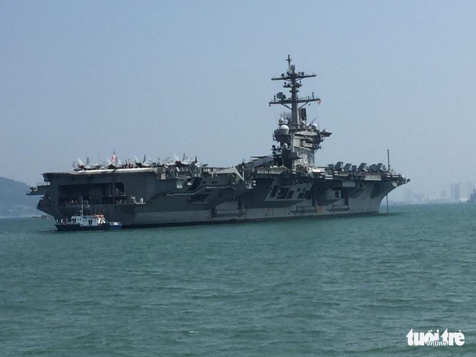 Tàu sân bay USS Carl Vinson cùng các chiến hạm hộ tống sáng nay đến vịnh Đà Nẵng. Ảnh: Tuổi trẻ