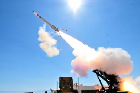 Hệ thống tên lửa đánh chặn khai hỏa diệt mục tiêu. Ảnh: Đất Việt