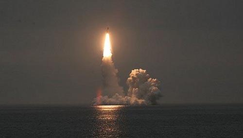 Tên lửa được phóng từ tàu ngầm.Ảnh: VnExpress