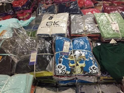 Quần áo nhái thương hiệu đang được bày bán rất nhiều ở Tam Hiệp, Phúc Thọ, Hà Nội. Ảnh: VOV