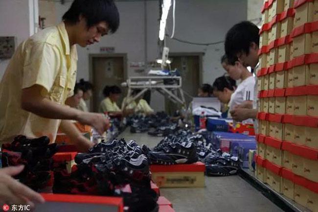 Một xưởng sản xuất giầy giả thương hiệu tại Trung Quốc. Ảnh: Khám Phá