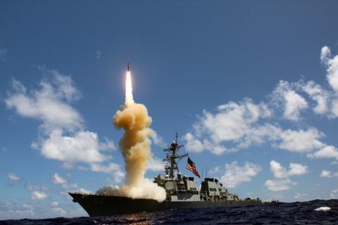 Tàu khu trục Milius bắn tên lửa ngoài khơi của Mỹ. Ảnh: Đất Việt