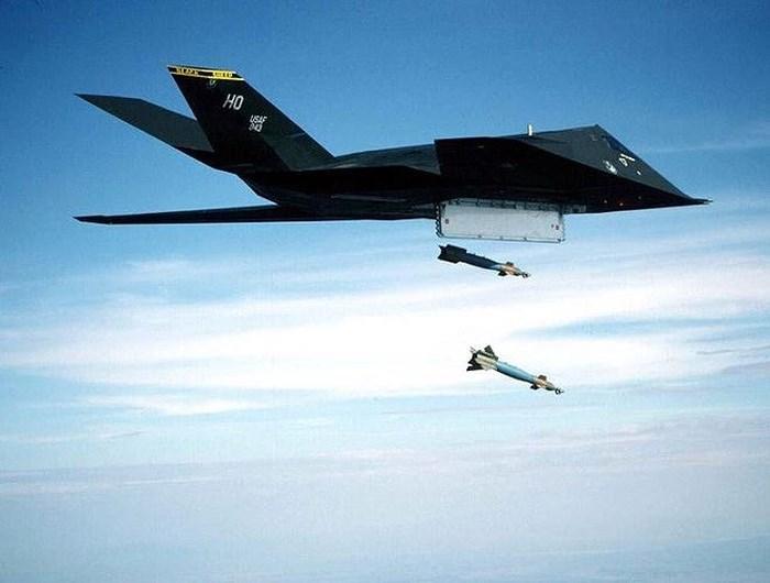 Máy bay Lockheed F-117A hoàn toàn tàng hình trước mọi radar. Ảnh: Lao động