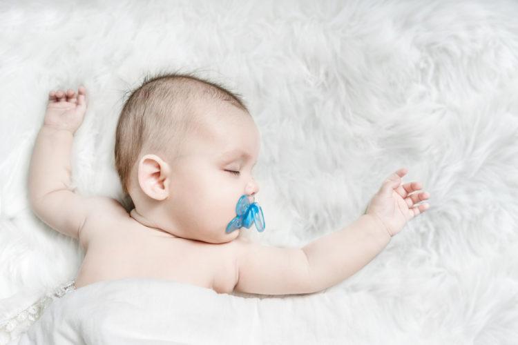 Núm vú bằng cao su giúp trẻ ngủ ngon nhưng tiềm ẩn nhiều nguy cơ gây hại cho trẻ. Ảnh minh họa