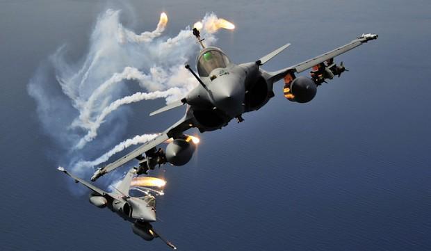 Máy bay chiến đấu của Pháp đang tung hoành tại Syria khiến phiến quân IS tan hoang. Ảnh: Lao động