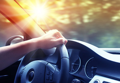 Đi ô tô ngày nắng nóng cẩn thận kẻo sốc nhiệt. Ảnh minh họa