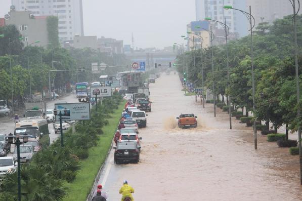 Hình ảnh cung đường 70 khu vực KĐT Xa La- TP Hà Nội ngập sâu khiến đoàn xe phải dẹp hết lên phần làn đường cao để đi.
