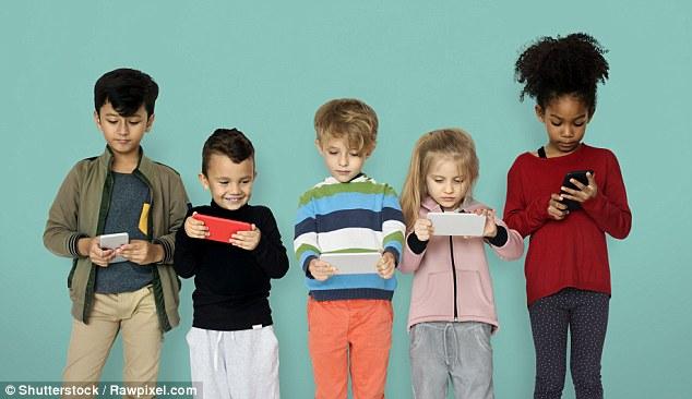 Cho trẻ dưới 11 tuổi sử dụng điện thoại thông minh vô cùng nguy hiểm.