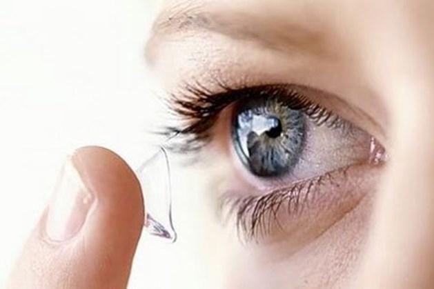 Đeo kính áp tròng khi ngủ có thể gây mù mắt.