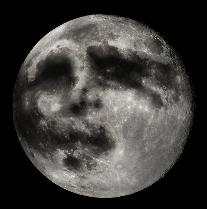 Hình ảnh lồi lõm trên trên Mặt trăng nhiều người hình dung như mặt người