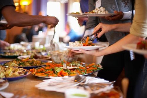 Khi ăn buffet người dùng cần tránh một số thực phẩm như sushi, món có nước sốt...