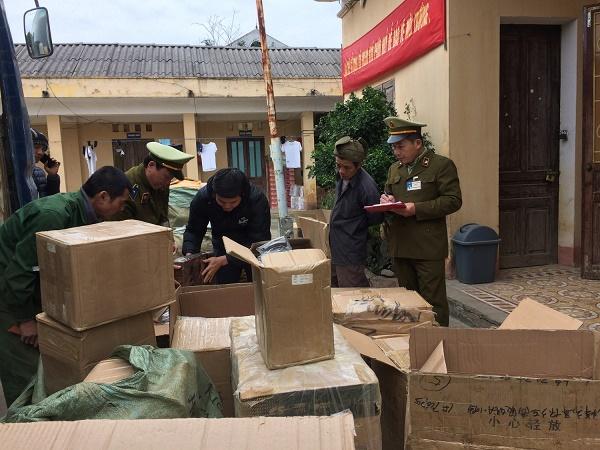 Lực lượng chức năng tỉnh Lạng Sơn tiến hành kiểm tra và thu giữ lượng lớn hàng hóa nhập lậu