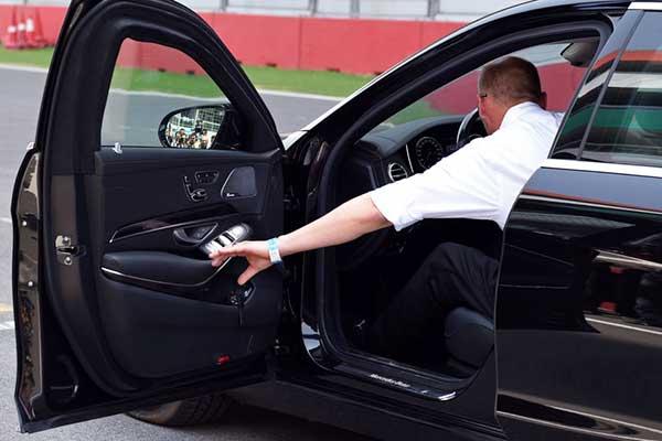 Trước khi xuống xe ô tô tài xế cần phải tắt động cơ, về số P...