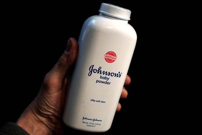 Johnson & Johnson buộc phải hầu tòa do bị cáo buộc sản phẩm của mình chứa chất gây ung thư