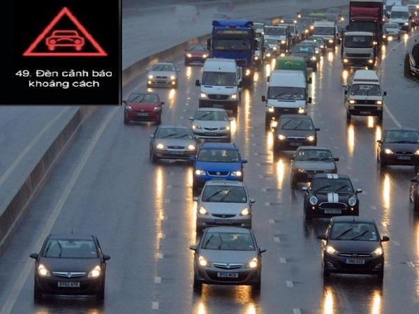Nếu đèn báo hình ô tô ở trong tam giác màu đỏ xuất hiện nên thận trọng