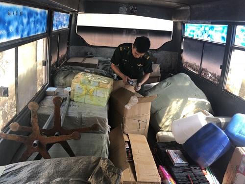 Lực lượng quản lý thị trường Lạng Sơn đã tiến hành thu giữ lượng lớn hàng hóa nhập lậu. Ảnh: Đặng Sĩ Tùng