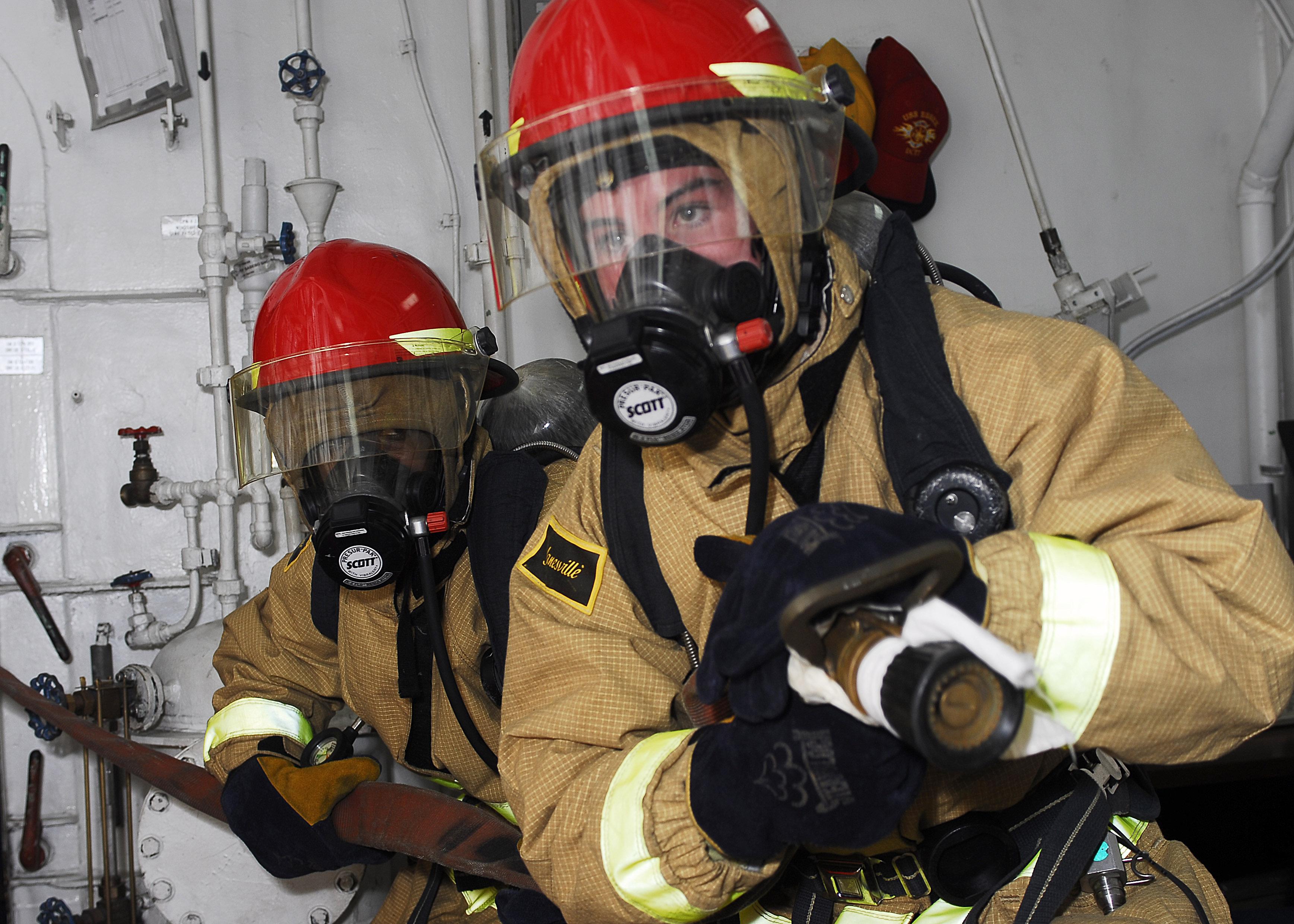 Lính cứu hỏa đeo mặt nạ phòng độc giải cứu người...5 năm không tắm