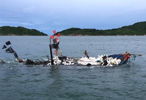 Sau khi đưa 4 ngư dân Việt Nam vào bờ toàn, lực lượng cứu hộ đã thành công đưa tàu gặp nạn lên khỏi mặt nước