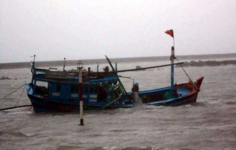 Tàu cá Việt Nam của ngư dân Quảng Ngãi liên tục gặp nạn tại ngư trường Hoàng Sa – Trường Sa