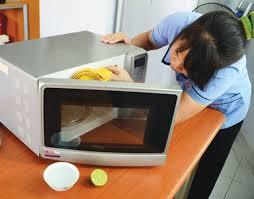 Dùng nước cốt chanh để khử mùi hôi lò vi sóng là một trong những mẹo vặt gia đình các mẹ nên biết